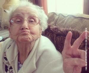 Gepiercte Oma wird gut durch gepoppt